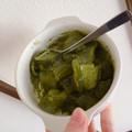 ぷりっぷりのワラビもち風こんにゃくに抹茶のきな粉とソースが絶品