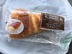 ヤマザキ ファミマ・ベーカリー(FAMIMA BAKERY) 2色ホイップのスイートコロネ 1個