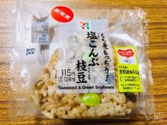 セブンイレブン もち麦もっちり!塩こんぶ枝豆おむすび 1個