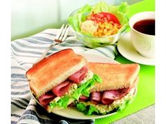 カフェ・ド・クリエ トーストサンド モルタデラソーセージのシーザーサラダソース