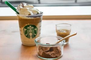 『チョコレート ケーキ トップ フラペチーノ with コーヒーショット』のビジュアル