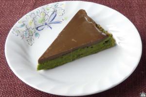 深緑のガトー生地の上にチョコが乗った、セブン定番の1ピースタイプ。
