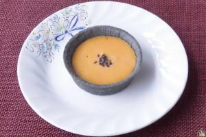 チャコールグレーのタルトにオレンジのフィリングがよく映えます。