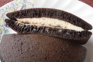 黒いどら焼き生地の間には、ひときわ黒いコーヒーソースとクリーム色のチーズクリーム。