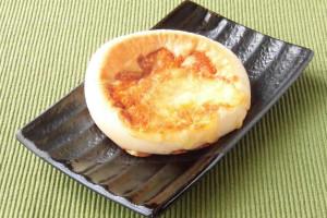 こんがり焦げ目がついたチーズが一面に乗った、ふっくらと平たいパンです。