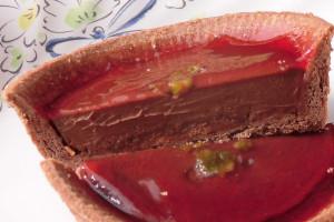 ソースの下にはショコラの層、そして薄焼きのクレープ生地。
