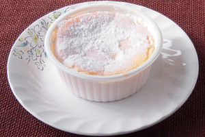 焼き目の上から粉砂糖をまぶした、カップ入りのチーズスフレといった風情。