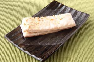 スティック状のパイ生地を、隙間なく分厚くホワイトチョコが覆っています。