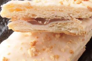 高密度に折り重なったパイの層、そしてパイの間にはチョコクリーム。