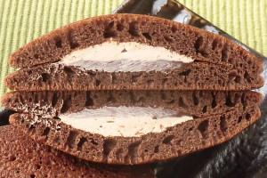 パンケーキらしく縦に伸びる気泡、そして焦げ茶のチョコクリームと薄茶のアーモンドホイップ。