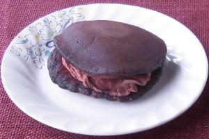 チョコレート色のどら焼き生地の間から、チョコホイップやチョコソースが覗いています。