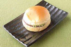 丸いパンを水平にスライスした、ハンバーガーのようなスタイル。