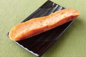 細長いフランスパンを縦半分にカットし、断面に明太フィリングが塗ってあります。