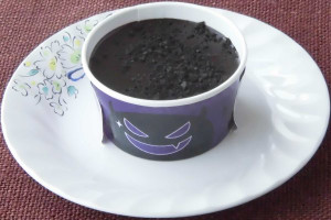 ビターチョコソースで覆われ、チョコクランチがトッピングされています。