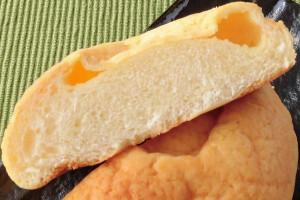 チーズクリームはきめ細かい生地になかば染み込んだようになっています。