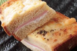 パンはブラン入り独特の薄茶色。