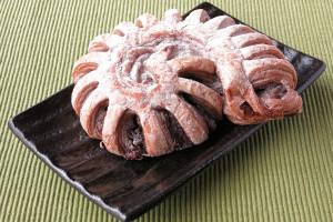 チョコフィリングを巻き込んだデニッシュに細かく切れ目を入れ、さらにぐるっと巻き込んだ形。