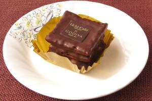チョコでコーティングされた正方形のパイが3枚、チョコクリームをサンド。