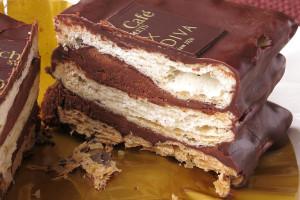 積み重なったパイとチョコクリームを、薄く包み込むチョココーティング。