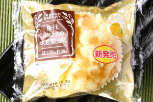 四国産柚子と高知産ぶんたんをそれぞれ蜜漬けのダイスにし、れんげ蜂蜜を練り込んだもっちり米粉生地にトッピングした蒸しパン。