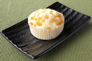 グラシンカップの中ではぜ割れた、薄黄色の蒸しパン。