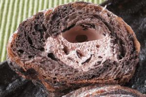 中に詰まったチョコホイップにはチョコチップ入り。