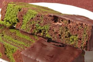 生地はしっとり密、コーティングのチョコはパリッと小気味いい歯触り。