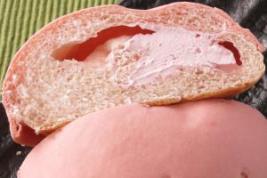 ピンクがかった生地の中には、ピンク色のホイップと濃いめピンクのクリーム。