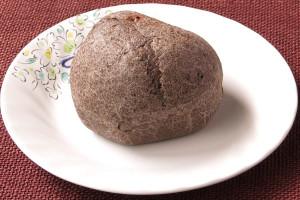 ココアの焦げ茶色に染まったシュー皮。