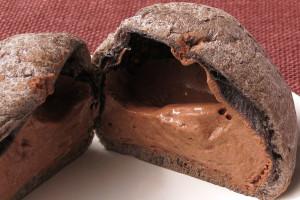 焦げ茶の皮の中に、ミルクチョコ色のクリームがたっぷり。