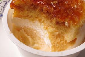 スポンジの下には白いレアチーズとクリーム色のベイクドチーズ。