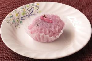 淡くピンクに染められた道明寺粉。