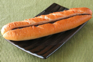 クープが4本入った、細長いフランスパン。