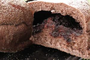 ココア色の生地の中にはねっとり焦げ茶色のチョコクリーム。
