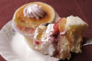 スフレとプリンの間に、苺ソース・苺ホイップ・クリームが挟み込まれています。