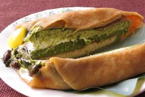 中には濃い緑の抹茶スフレやスポンジケーキ。