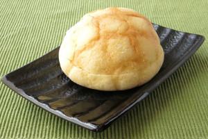 クッキー皮に格子模様のスタンダードなメロンパン。