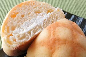 なめらかなミルクホイップと砂糖粒混じりの塩バニラ、2種のクリームが重なっています。