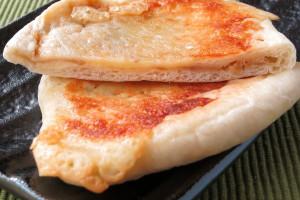 ごく薄い生地の中に、薄くとも面積いっぱいにツナチーズが入っています。
