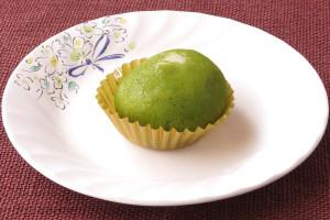 深緑の抹茶で覆われた大福。