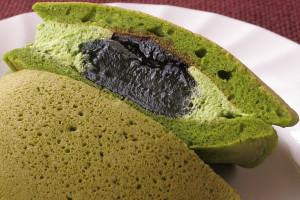中には抹茶クリーム、真ん中には黒みつと大きなわらび餅。