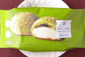 メロン果汁使用の風味豊かなクリームを、メロンパンに見立てたざくもち食感の皮に詰めたシュークリーム。