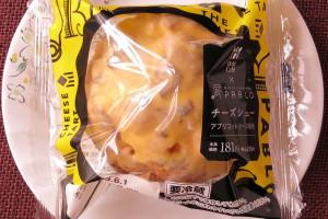 レアチーズクリームとアプリコットソースを練りパイの皮に詰めた、PABLOチーズタルトモチーフのシュークリーム。