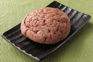 チョコクッキーのようなごつごつした茶色い皮に覆われたメロンパン。
