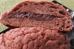 内生地も同じくココア色、チョコクリームとチョコチップがサンドされています。