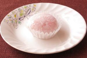 白い粉をかぶったピンク色の大福。