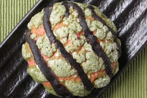 赤や黄色のスイカ風チョコチップ入り生地に、緑のビスとココアビスをかぶせてスイカのように焼き上げたメロンパン。