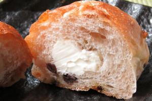 しっかりした生地の中に、ぽってりと白いチーズクリーム。