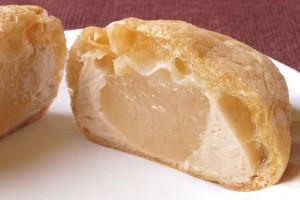 ぽよんぽよんのきなこクリームと、とろり透明なわらびもち入り。