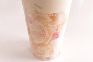 カップの中は冷凍白桃スライスがぎっしり詰まっています。